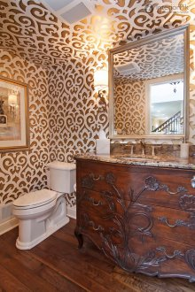 Papering the ceiling in a small bathroom makes it cozy.